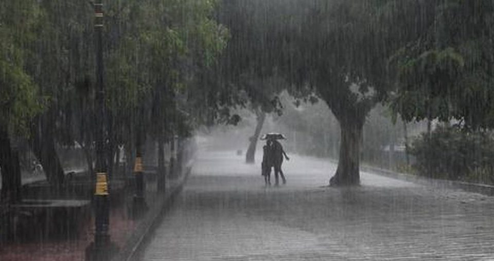 Delhi wake up to cloudy skies, rain likely today